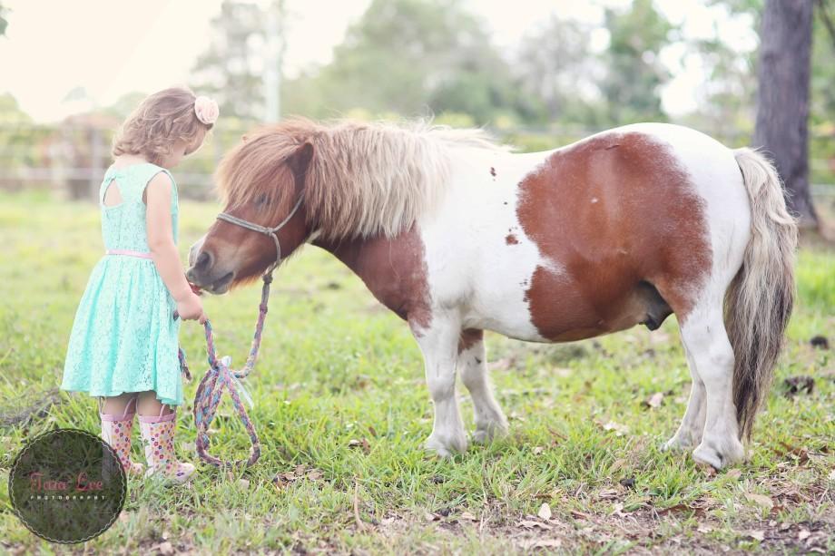 Olivia & the pony016