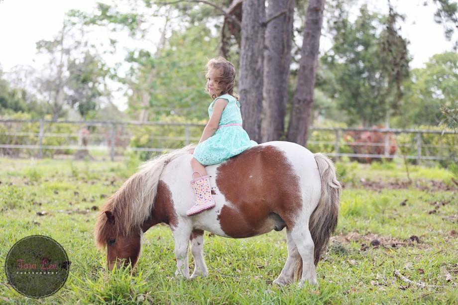 Olivia & the pony022