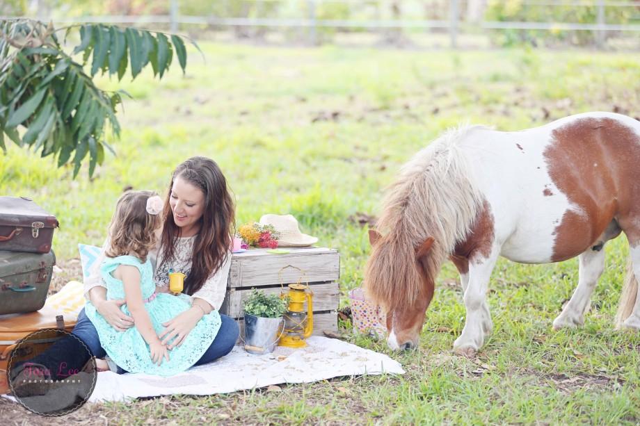Olivia & the pony024