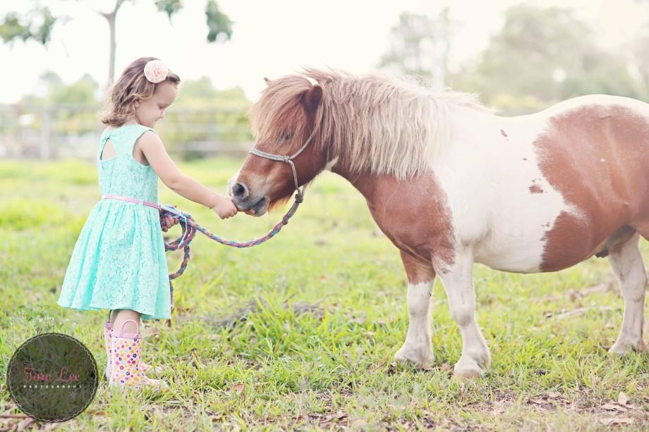 Olivia & the pony025
