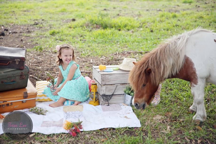 Olivia & the pony027